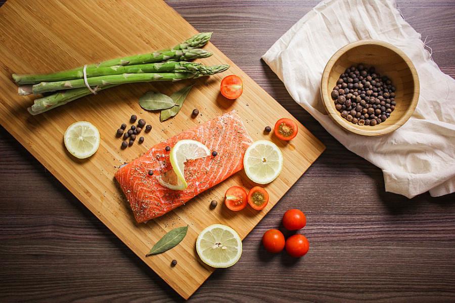 Rezept: Gebratener grüner und weißer Stangenspargel mit Räucherlachswrap und Erdbeervinaigrette